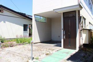 2. 玄関&駐車スペース